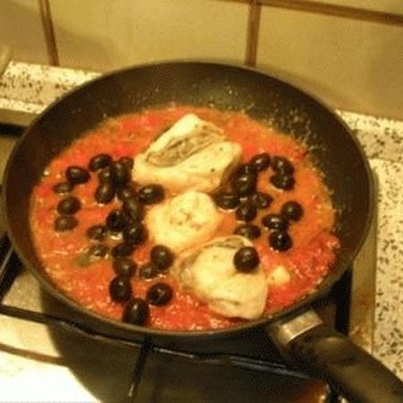 Pescatrice in umido alle olive, ricetta di Matteo da Bordighera